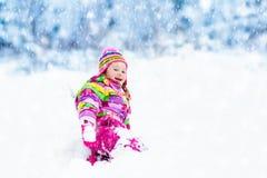 Παιχνίδι παιδιών με το χιόνι το χειμώνα κατσίκια υπαίθρια στοκ εικόνα με δικαίωμα ελεύθερης χρήσης