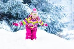 Παιχνίδι παιδιών με το χιόνι το χειμώνα κατσίκια υπαίθρια στοκ εικόνες
