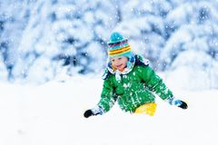 Παιχνίδι παιδιών με το χιόνι το χειμώνα κατσίκια υπαίθρια στοκ φωτογραφίες