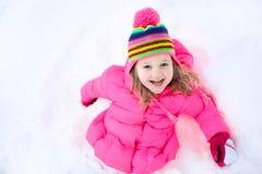Παιχνίδι παιδιών με το χιόνι το χειμώνα κατσίκια υπαίθρια Στοκ φωτογραφίες με δικαίωμα ελεύθερης χρήσης