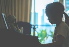 Παιχνίδι παιδιών μικρών κοριτσιών στο κλειδί πιάνων για την έννοια μουσικής στοκ εικόνα με δικαίωμα ελεύθερης χρήσης