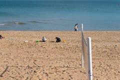 Παιχνίδι παιδιών στην άμμο της παραλίας πλησίον της θάλασσας στοκ φωτογραφία με δικαίωμα ελεύθερης χρήσης