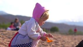 Παιχνίδι παιδιών στην άμμο απόθεμα βίντεο