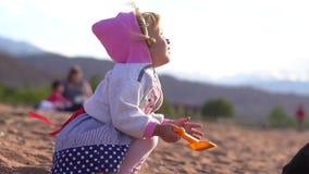 Παιχνίδι παιδιών στην άμμο φιλμ μικρού μήκους
