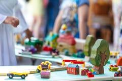 Παιχνίδι παιδιών στην οδό με έναν σχεδιαστή χρώματος Δραστηριότητα κατσικιών Στοκ φωτογραφία με δικαίωμα ελεύθερης χρήσης