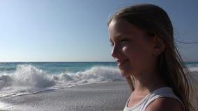Παιχνίδι παιδιών στην παραλία στο ηλιοβασίλεμα, κύματα θάλασσας προσοχής παιδιών, άποψη κοριτσιών στο ηλιοβασίλεμα απόθεμα βίντεο