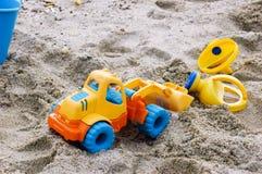 Παιχνίδι παιδιών στην παραλία Στοκ Εικόνες