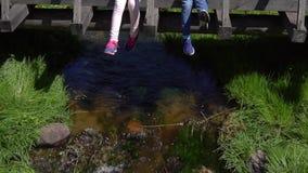 Παιχνίδι παιδιών στη γέφυρα πέρα από το ρεύμα φιλμ μικρού μήκους