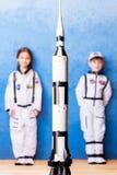 Παιχνίδι παιδιών στον αστροναύτη με τον κατασκευαστή Στοκ εικόνα με δικαίωμα ελεύθερης χρήσης