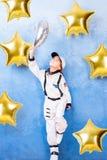 Παιχνίδι παιδιών στον αστροναύτη με το φεγγάρι στοκ εικόνες