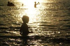 Παιχνίδι παιδιών στο θαλάσσιο νερό Στοκ Εικόνες