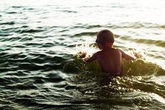 Παιχνίδι παιδιών στο θαλάσσιο νερό Στοκ φωτογραφία με δικαίωμα ελεύθερης χρήσης