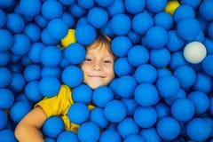 Παιχνίδι παιδιών στο κοίλωμα σφαιρών Ζωηρόχρωμα παιχνίδια για τα παιδιά Παιδικός σταθμός ή προσχολικό δωμάτιο παιχνιδιού Παιδί μι στοκ εικόνες
