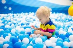 Παιχνίδι παιδιών στο κοίλωμα σφαιρών Παιχνίδι παιδιών στη λίμνη σφαιρών Στοκ φωτογραφίες με δικαίωμα ελεύθερης χρήσης