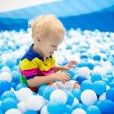 Παιχνίδι παιδιών στο κοίλωμα σφαιρών Παιχνίδι παιδιών στη λίμνη σφαιρών Στοκ εικόνα με δικαίωμα ελεύθερης χρήσης