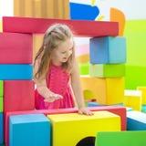 Παιχνίδι παιδιών Φραγμοί παιχνιδιών κατασκευής Παιχνίδια παιδιών Στοκ Φωτογραφίες
