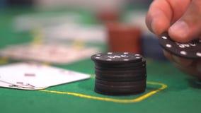 Παιχνίδι παικτών με το τσιπ πόκερ απόθεμα βίντεο