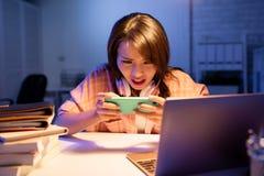 Παιχνίδι παιχνιδιού σπουδαστών στο τηλέφωνο στοκ φωτογραφία με δικαίωμα ελεύθερης χρήσης