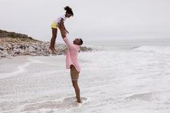 Παιχνίδι πατέρων και κορών μαζί στην παραλία στοκ φωτογραφία με δικαίωμα ελεύθερης χρήσης