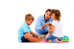 Παιχνίδι πατέρων με τα παιδιά στοκ φωτογραφία