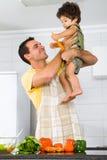 Παιχνίδι πατέρων με το γιο Στοκ Φωτογραφία