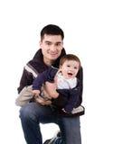 Παιχνίδι πατέρων με το μικρό γιο του στοκ εικόνες