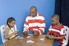 παιχνίδι πατέρων παιδιών τους στοκ εικόνα με δικαίωμα ελεύθερης χρήσης