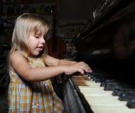 παιχνίδι πιάνων κοριτσιών Στοκ Εικόνα