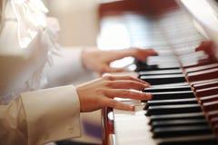 παιχνίδι πιάνων χεριών Στοκ εικόνα με δικαίωμα ελεύθερης χρήσης