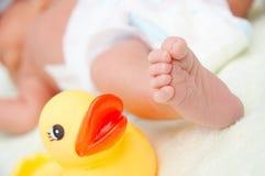 παιχνίδι ποδιών s μωρών Στοκ Εικόνες