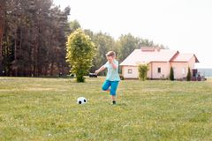 Παιχνίδι ποδοσφαίρου αγοριών με τη σφαίρα στο γήπεδο ποδοσφαίρου Στοκ φωτογραφία με δικαίωμα ελεύθερης χρήσης