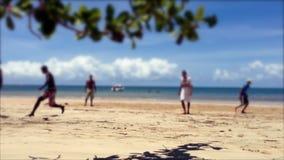 Παιχνίδι ποδοσφαίρου στη βραζιλιάνα παραλία απόθεμα βίντεο