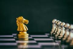 Παιχνίδι πρόκλησης νοημοσύνης μάχης σκακιού στρατηγικής στη σκακιέρα Στοκ εικόνες με δικαίωμα ελεύθερης χρήσης