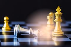 Παιχνίδι πρόκλησης νοημοσύνης μάχης σκακιού στρατηγικής στη σκακιέρα Στοκ Φωτογραφία