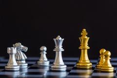 Παιχνίδι πρόκλησης νοημοσύνης μάχης σκακιού στρατηγικής στη σκακιέρα Στοκ Εικόνες