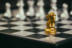 Παιχνίδι πρόκλησης νοημοσύνης μάχης σκακιού στρατηγικής στη σκακιέρα Στοκ φωτογραφία με δικαίωμα ελεύθερης χρήσης