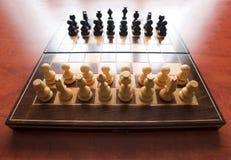 Παιχνίδι σκακιού με τα ξύλινα κομμάτια Στοκ εικόνα με δικαίωμα ελεύθερης χρήσης