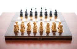 Παιχνίδι σκακιού με τα ξύλινα κομμάτια Στοκ Φωτογραφία
