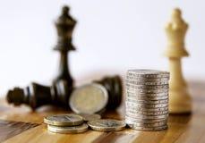 Παιχνίδι σκακιού Στα χρήματα και το σκάκι πινάκων σκακιού Επένδυση στρατηγικής με τα χρήματα τρισδιάστατη παραγμένη έννοια φωτογρ Στοκ Εικόνες