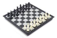 Παιχνίδι σκακιού στην επιτροπή Στοκ φωτογραφία με δικαίωμα ελεύθερης χρήσης