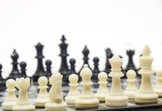 Παιχνίδι σκακιού στην επιτροπή Στοκ εικόνα με δικαίωμα ελεύθερης χρήσης