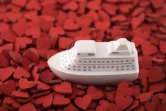 Παιχνίδι σκαφών σε πολλές κόκκινες καρδιές στοκ εικόνα με δικαίωμα ελεύθερης χρήσης