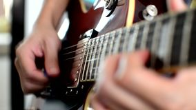 Παιχνίδι στην ηλεκτρική κιθάρα απόθεμα βίντεο