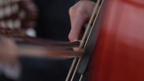 Παιχνίδι της κιθάρας, άτομο χεριών ατόμων ` s σε ένα μαύρο κοστούμι απόθεμα βίντεο