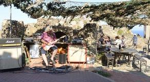 Παιχνίδι της κιθάρας σε ΚΑΠ de Creus Στοκ Εικόνα