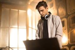 Παιχνίδι του DJ στη λέσχη Στοκ Εικόνες