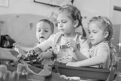 Παιχνίδι τριών παιδάκι με το νερό στοκ φωτογραφία με δικαίωμα ελεύθερης χρήσης