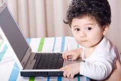 παιχνίδι υπολογιστών μωρών στοκ εικόνες