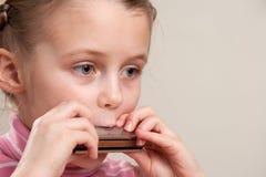 παιχνίδι φυσαρμόνικων παι&delt Στοκ Εικόνες