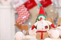 Παιχνίδι χιονανθρώπων και κιβώτιο δώρων στον πίνακα Στοκ φωτογραφία με δικαίωμα ελεύθερης χρήσης